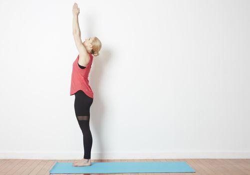 Cómo hacer una pose con las manos levantadas - Urdhva Hastasana