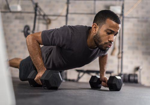 Hombre guapo haciendo ejercicio de flexiones