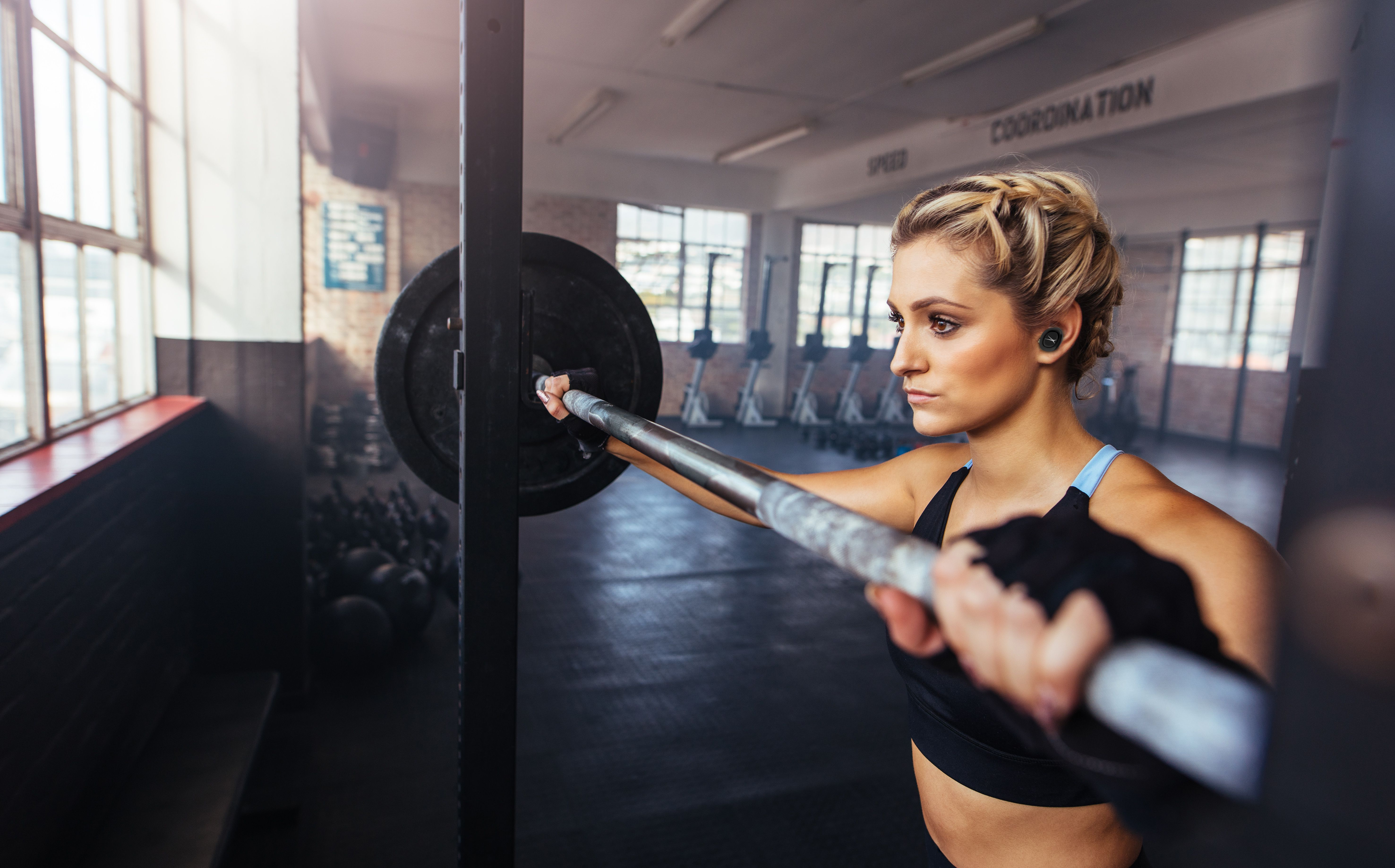 Auriculares inalámbricos True EVO en mujeres que levantan pesas