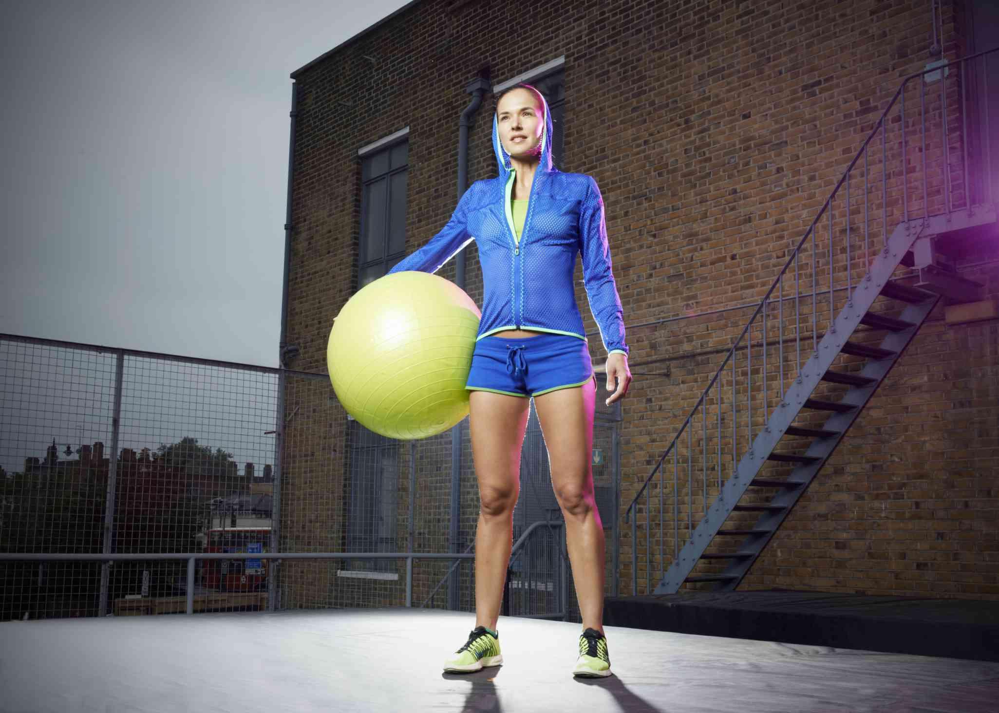 Mujer estar de pie, con, pelota del ejercicio