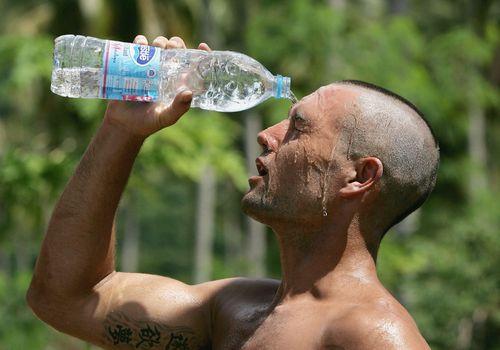 Atleta refrescarse con agua