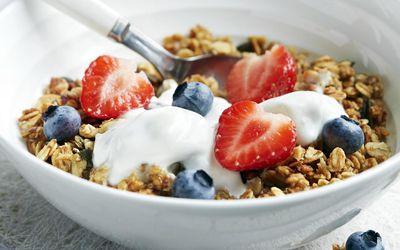 granola with fruit and yogurt
