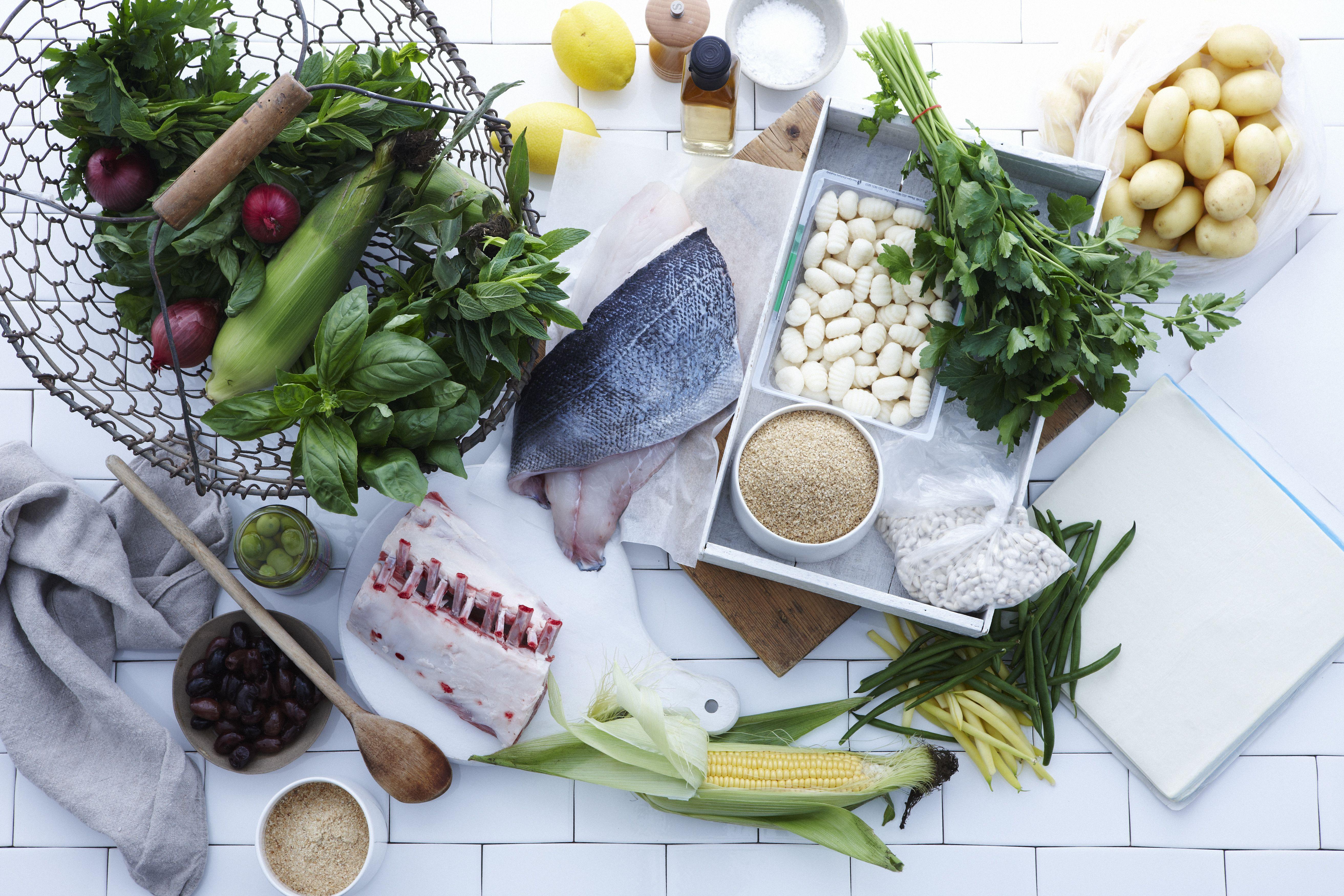 Selección de pescado fresco, carne y verduras