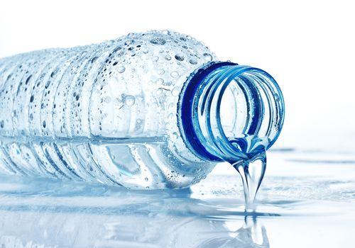 Una botella de agua.