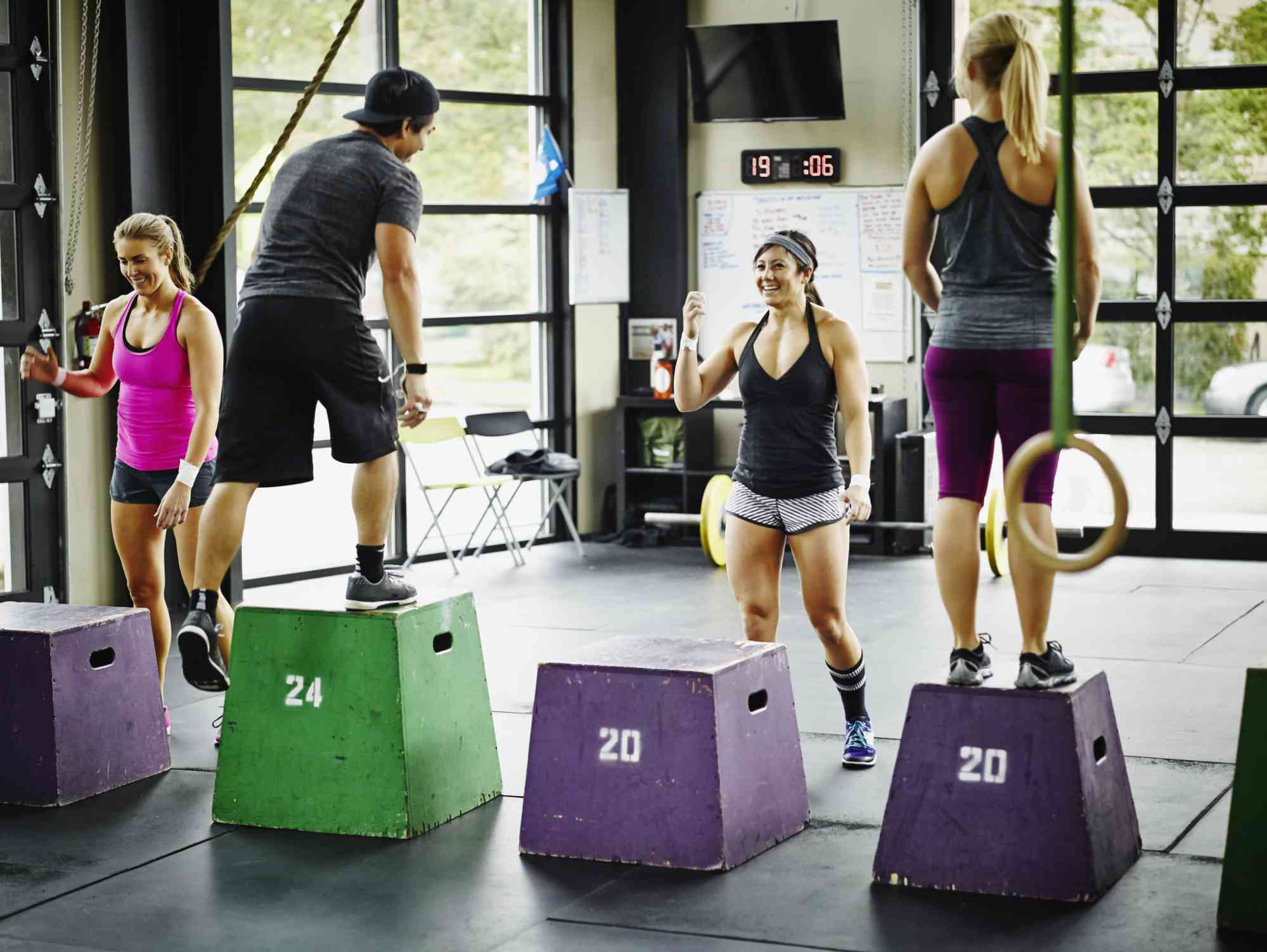 Atletas trabajando en un gimnasio crossfit