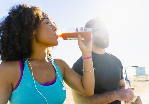 Mujer bebiendo bebida deportiva orgánica