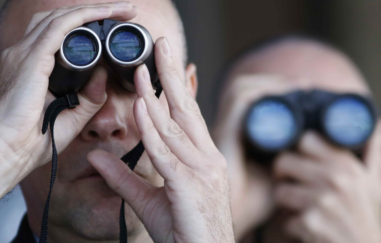 Dos hombres usando binoculares