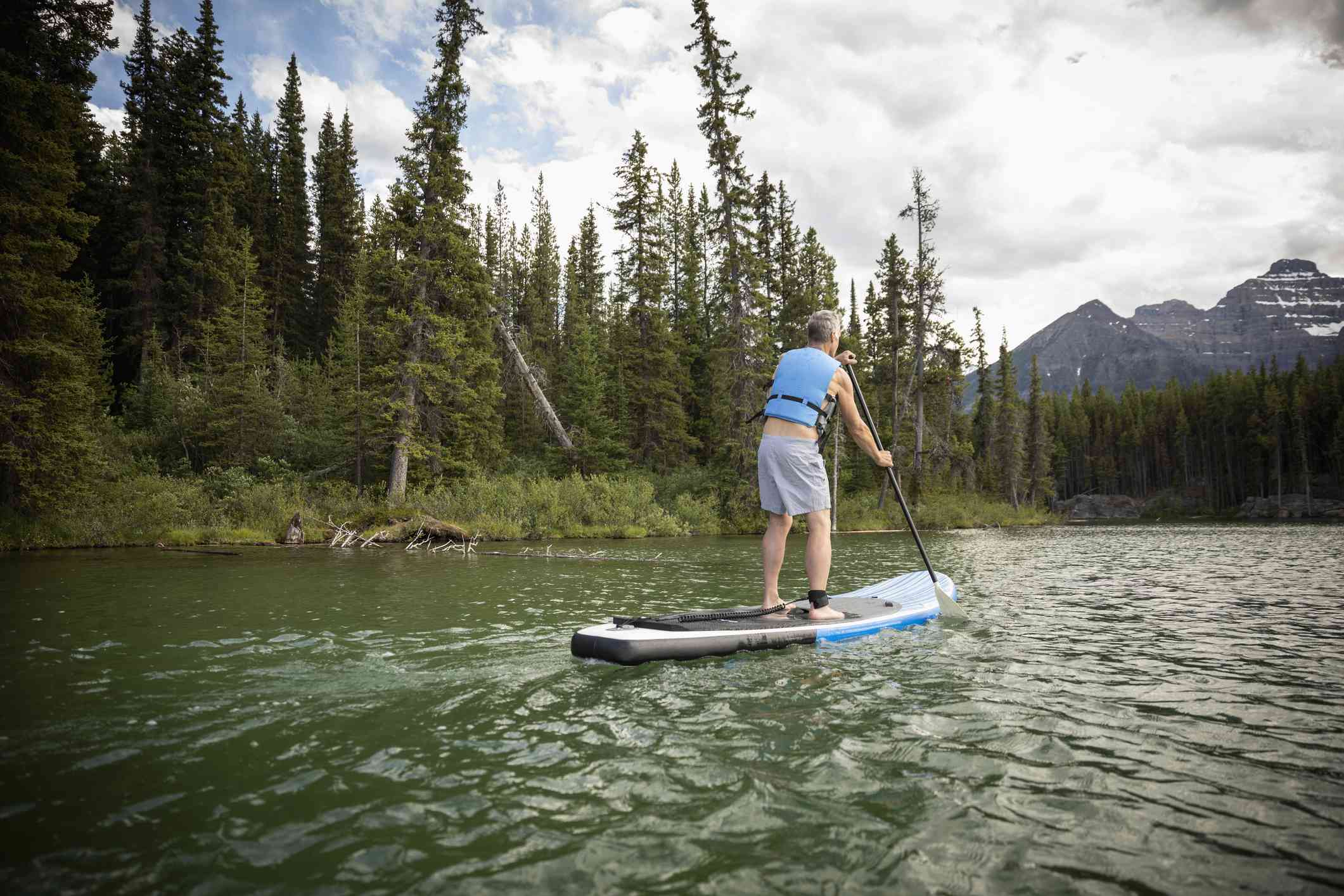 Hombre remando en un lago