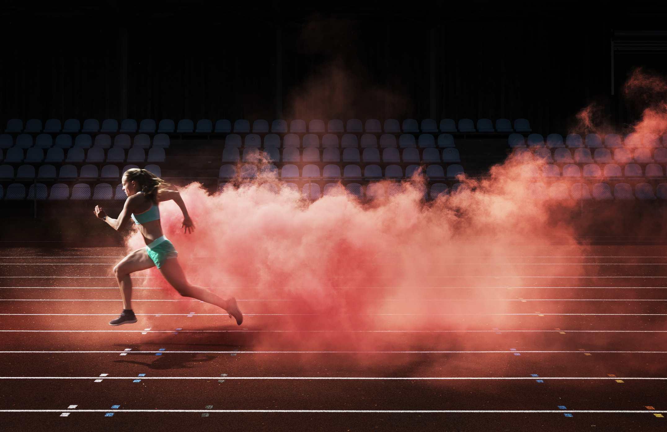 corredor corriendo en la pista