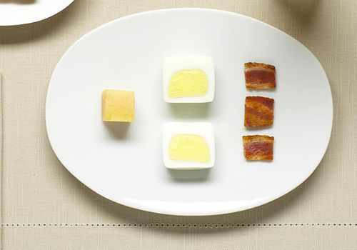 huevos duros tocino melón tostada mermelada naranja ju