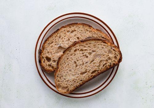 pan de masa fermentada en un plato