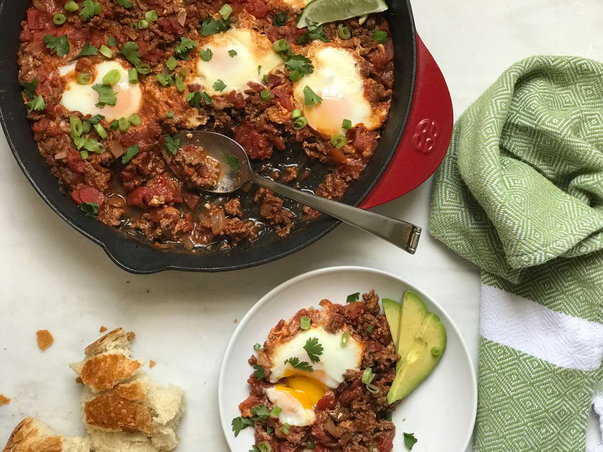 Shakshuka de sartén fácil con carne de res del blog de comida Holley Grainger de Cleverful Living