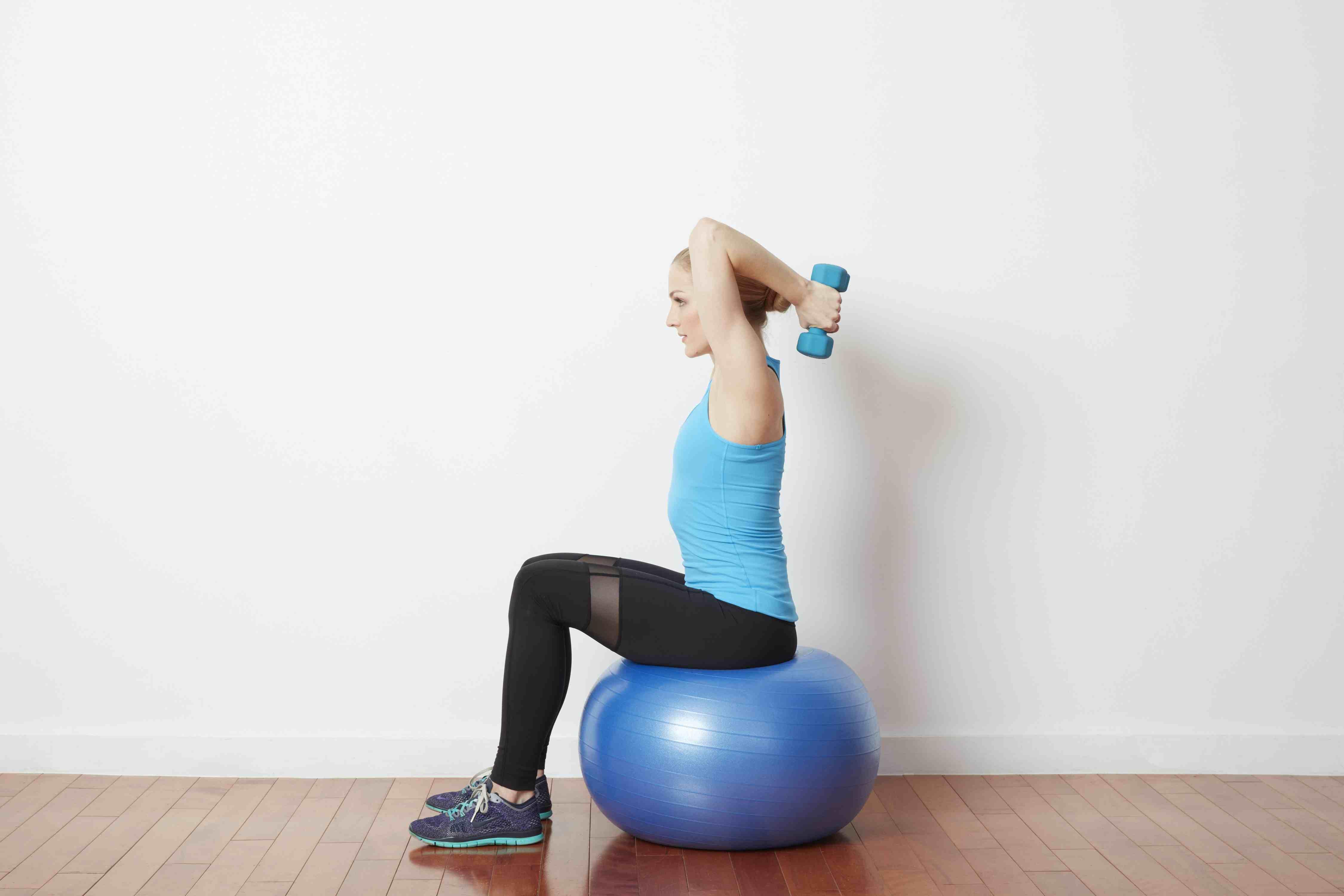 Extensión de tríceps en una pelota de ejercicios