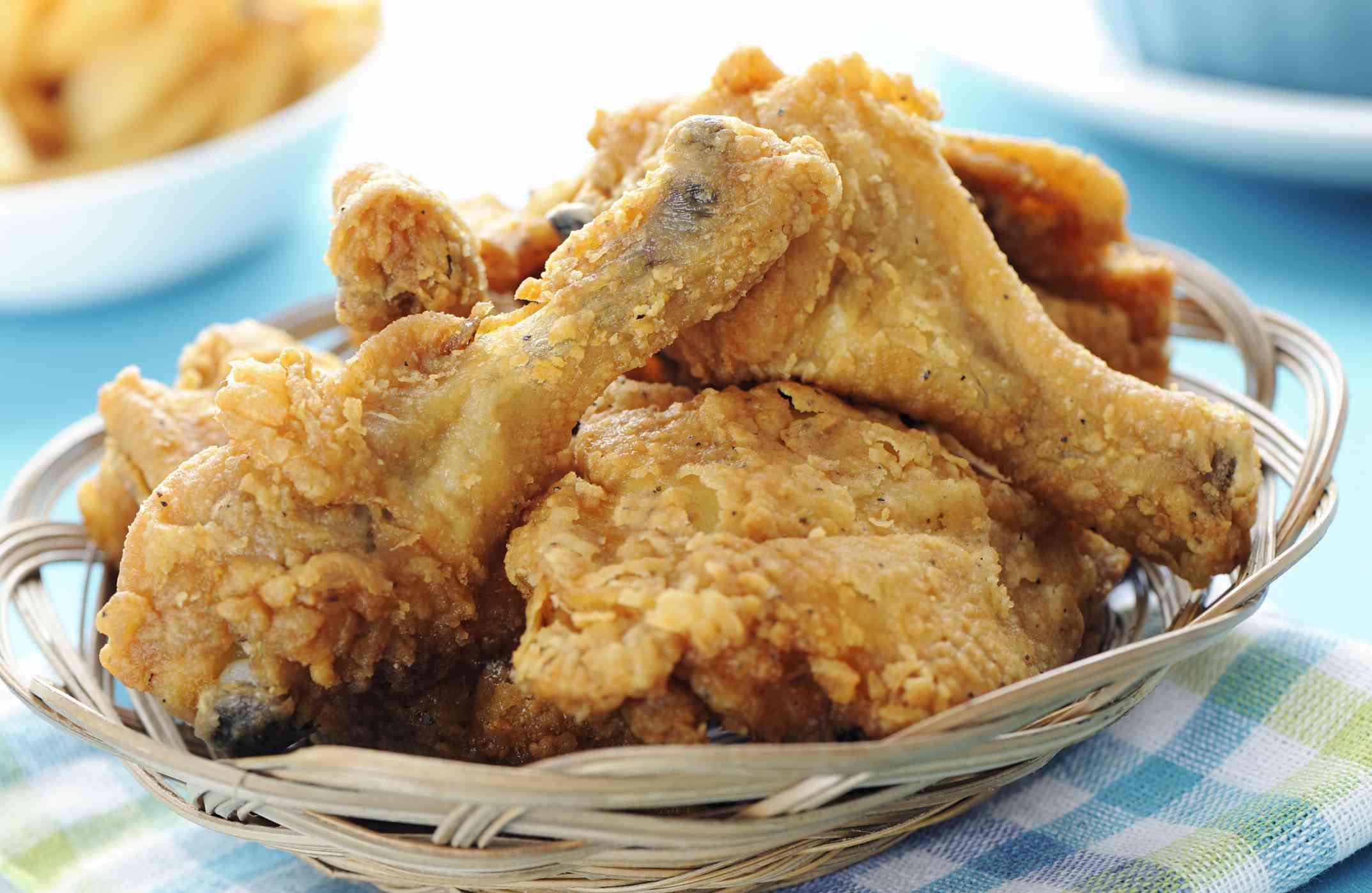 Pollo frito en una canasta para servir