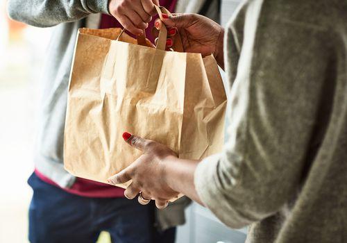 Repartidor entrega comida para llevar entrega a mujer