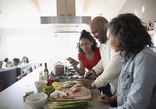 Papá cocinando con hijas