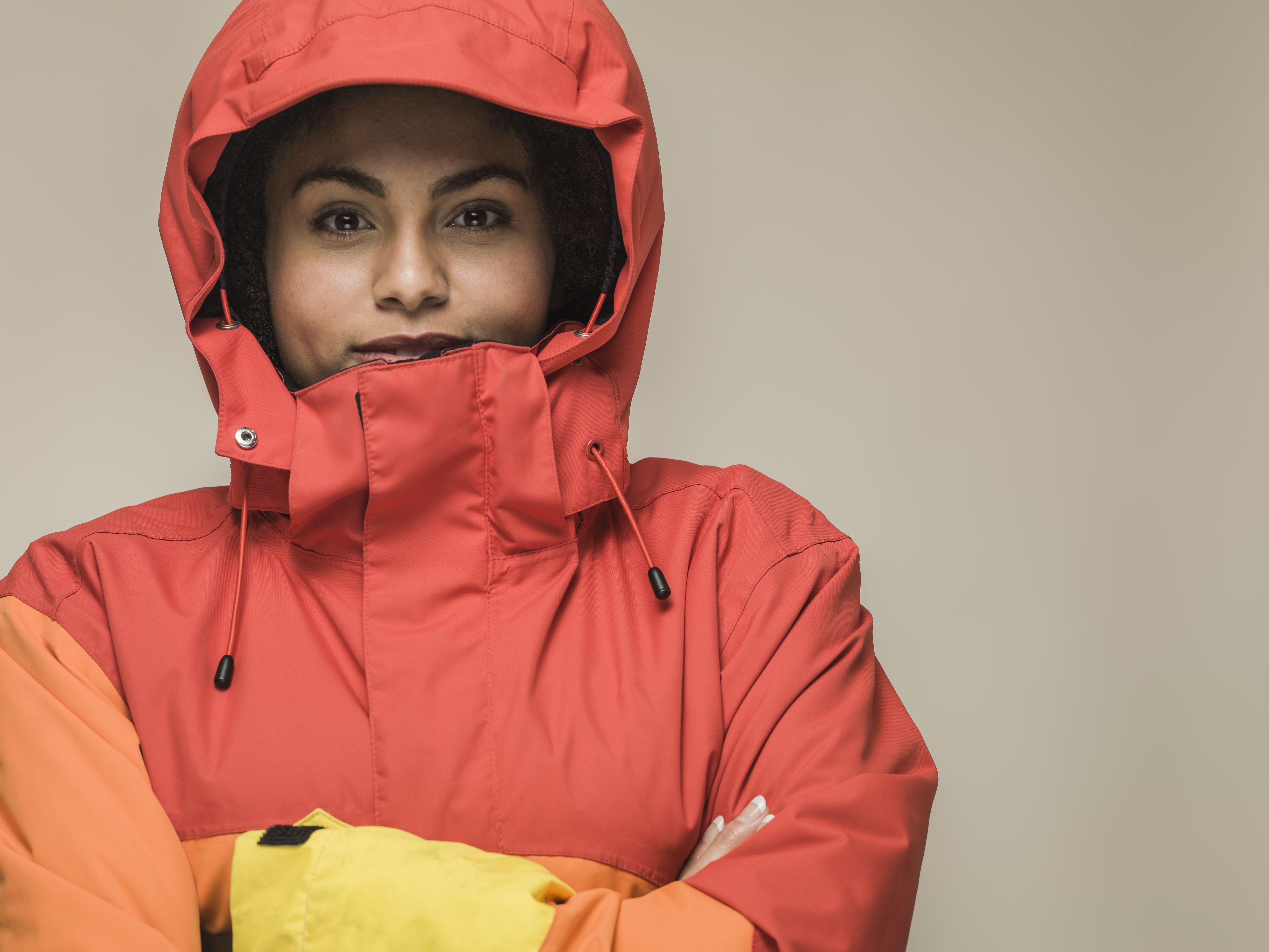 Joven mujer negra en chaqueta de senderismo