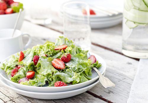 Ensalada César de fresa en un plato blanco