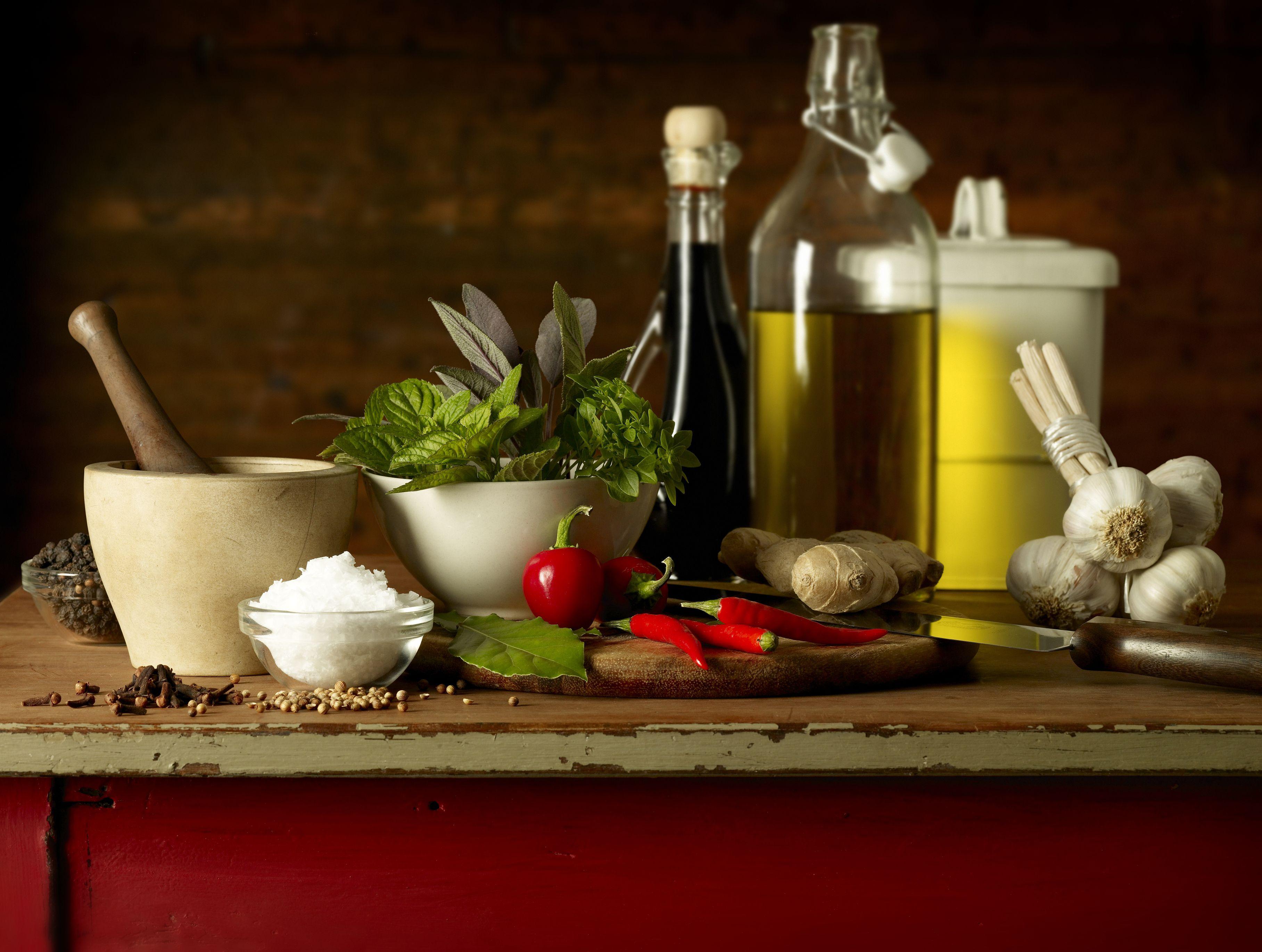 Selección de hierbas e ingredientes picantes utilizados en la cocina