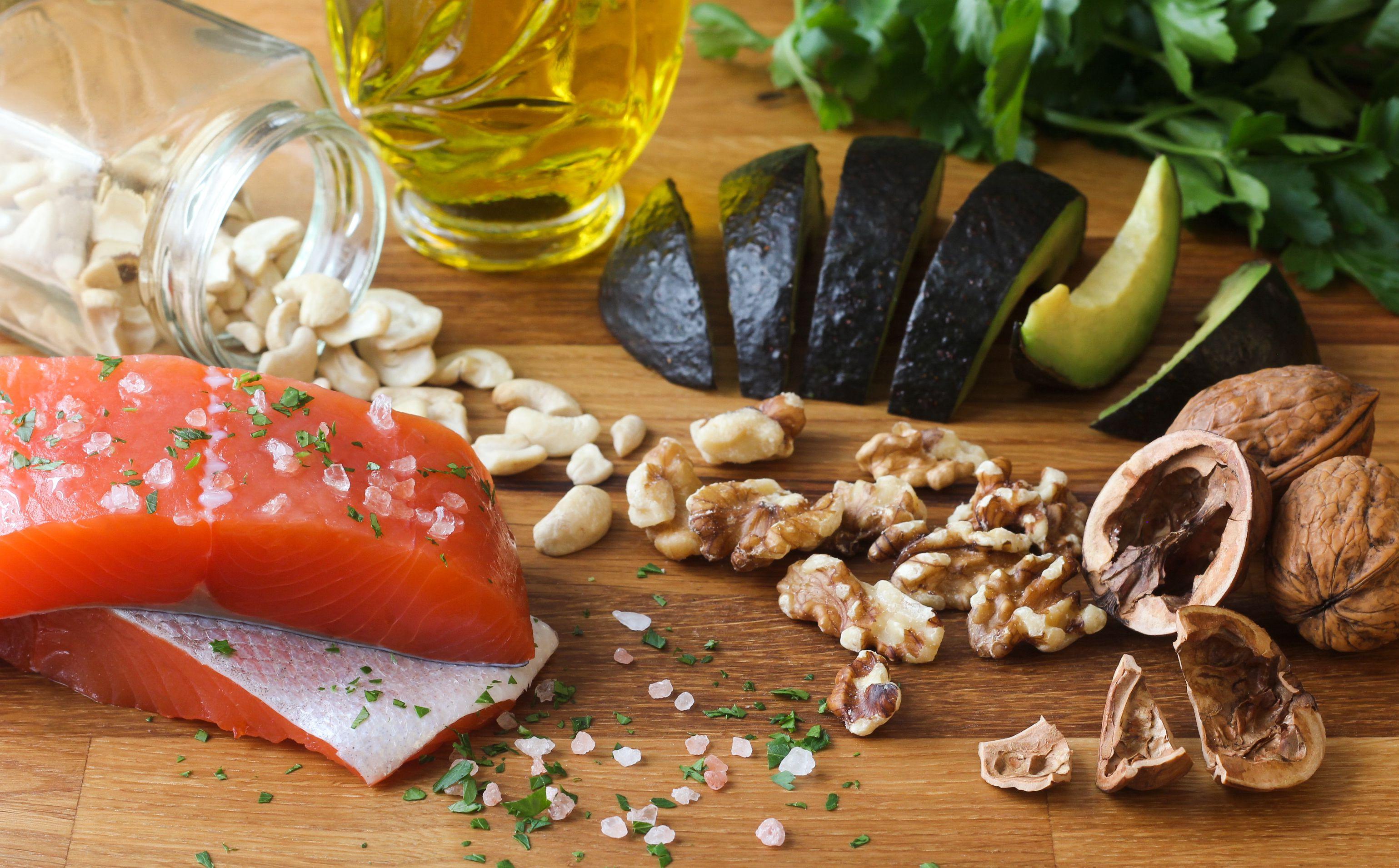 Alimentos Omega-3 sobre fondo de madera